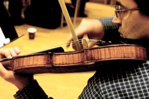 Mihailo Trandafilovski rehearsing Simon Söfelde's 'Joker Music' for solo violin